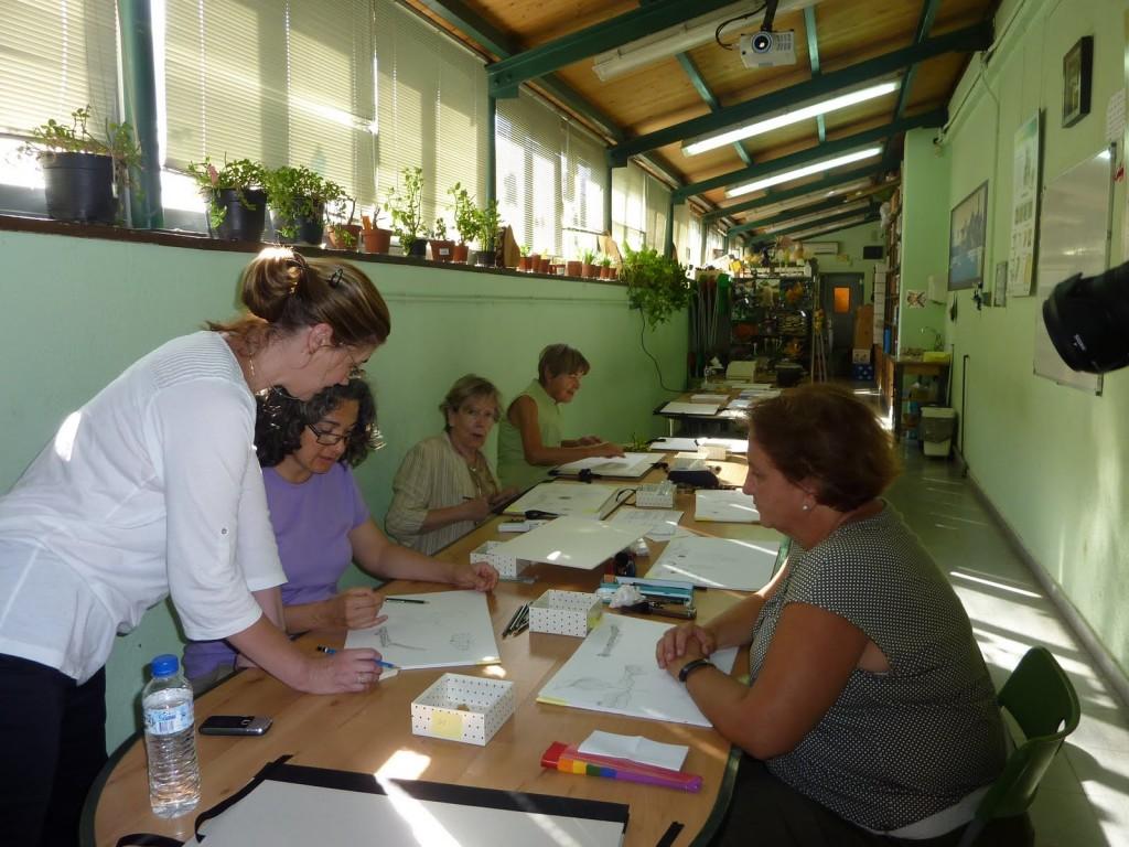 Alumnos trabajando en el taller de dibujo botánico