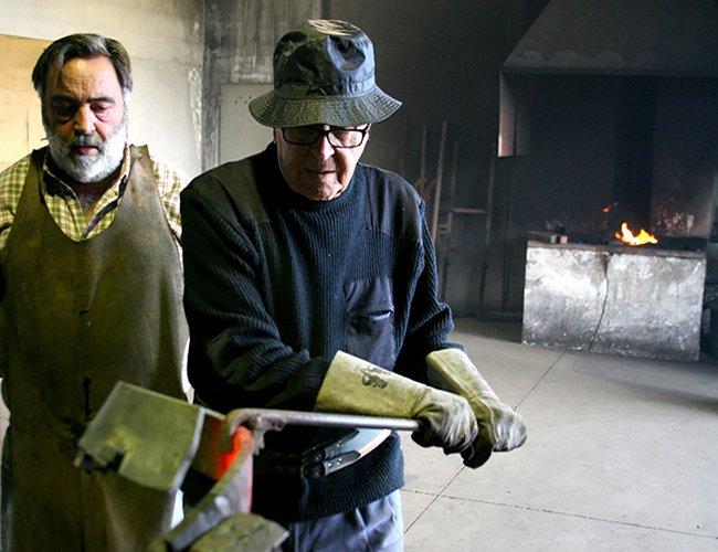 Martin Chirino y su experto ayudante y también pintor, Rafael Monagas